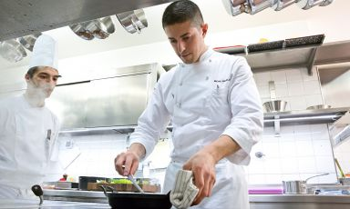 Michelangelo Mammoliti was born in 1985 in Giaveno, in the province of Torino. Since 2014, he's chef at the restaurant of resort La Madernassa in Guarene, close to his hometown