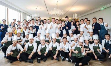Il team di Da Vittorio Shanghai, ristorante aperto 3 settimane fa nel Bund. Al centro, si riconoscono Chicco Cerea, alla sua destra il resident chef Stefano Bacchelli