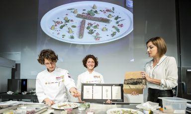 Lisa Casali, a destra, sul palco di Identità Naturali, di cui anche quest'anno è stata la presentatrice, con Daniela Cicioni e la sorella Manuela