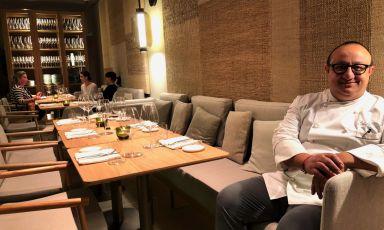 """Ciccio Sultano, classe 1970, in sala del suo """"bar con cucina"""" Pastamara, aperto a inizio dicembreall'interno del Ritz-Carltonhotel di Vienna. Il cuoco siciliano, 2 stelle Michelin a Ragusa Ibla, cucinerà presto anche aIdentità Golose Milano"""