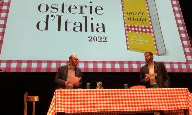 I curatori Eugenio Signoroni e Marco Bolasco questa mattina al Piccolo Teatro Strehler di Milano per lapresentazione della guida Osterie d'Italia 2022 di SlowFood