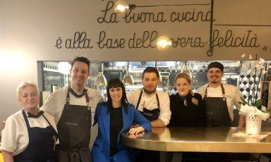 Il team del ristorante Atelierdell'hotel Eurossola, una stella Michelin a Domodossola. Secondo da sinistra, lo chef Giorgio Bartolucciconla moglie Katia Ferrante, sommelier