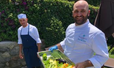 Lo chef 32enneMarco Del Sorbo con le primizie dell'orto dell'Arthotel Villa Fiorelladi Massa Lubrense (Napoli), nuovo indirizzo da tenere d'occhio in Penisola Sorrentina