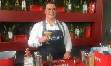 Il bartenderKevin Facciobrinda alVapore 1928, in via Messina, Milano