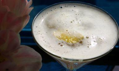 L'Earl Grey MarTEAni, firmato dalla barwomanAudrey Saunders delPegu Club di New York, è una splendida espressione di tea-tail, cocktail a base di tè, una bevanda molto versatile se accoppiata a cognac, gin, vodka...