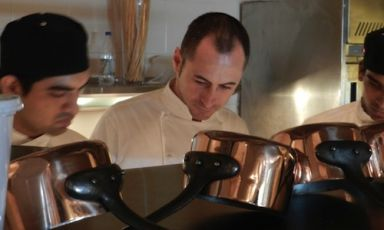 Francesco Apreda, cuoco napoletano classe 1974, executive chef del ristorante Imàgo dell'Hotel Hassler a Roma, qui in cucina al Vetro, ristorante di Mumbai in India. Apreda è consulente anche del ristorante Travertino di Nuova Delhi
