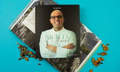 Giuseppe Costa ci conduce lungo la sua Sicilia d'A-mare, in un nuovo libro