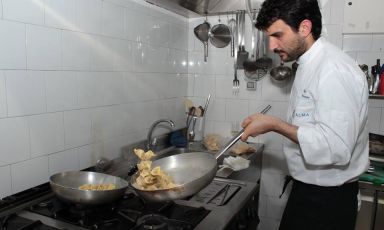 Giovanni Arvonio, 31 anni, al lavoro nella cucina