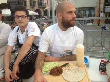 Alessandro Spoto di Voglia di Pane (Torino) ed Eugenio Roncoroni de Al Mercato di Milano. Per loro una Piadina di farina di grano saraceno germinato (brick 1240) con fegatini di pollo, lattuga, senape e salsa tailandese piccante agrodolce