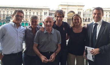 """Some of the people who participated yesterday in the presentation of """"D'O Eat better. Ricette per lo sport"""" (Mondadori-Gazzetta dello Sport, 190 pages, 13.90 euros if you buy it online)by Davide Oldani (fourth from the left). Left to right, coach Fabio Capello from Friuli, Francesca Brambilla (co-author of the photos in the book), Don Gino Rigoldi, Serena Serrani (the other co-author of the photos) ex canoeist and multiple Olympics medalist Antonio Rossi"""