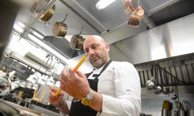 Tony Lo Coco, chef de I Pupi a Bagheria, mentre prepara i suoi golosi anelletti