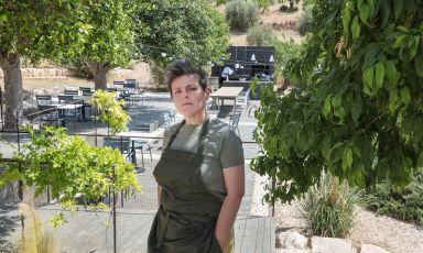 Viviana Varese nel suo nuovo ristorante, in una struttura nelle campagne di Noto, in Sicilia. La chef ha pensato a un percorso gastronomico specifico, che la entusiasma. Il locale sarà aperto fino al 3 ottobre, poi andrà in pausa fino alla primavera 2022