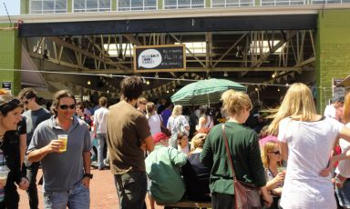 The Old Biscuit Mill, uno dei più popolari mercati di Città del Capo, è al 373 diAlbert road, quartiereWoodstock. Aperto ogni sabato dalle 9 alle 14, oltre ai generi commestibili di cui rendiamo conto, espone abbigliamento, artigianato, design, tappeti, mobili... E c'è pure una fabbrica di cioccolato(fotofoodandthefabulous.com)