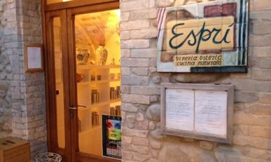 "The entrance to Esprì in Colonnella (Teramo), a ""natural cuisine tavern"" located in the first hilly village you encounter in Abruzzo, when arriving from the Marche, tel. +39.0861.70581. Since February 2010 the owners are Emanuela Tommolini and Fabio De Cristofaro, both 34 years old and authors of an original and convincing cuisine"