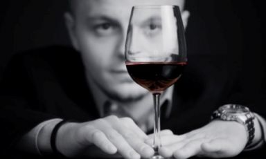 28-year-old Vincenzo Donatiello from Basilicata is the new sommelier at Piazza Duomo in Alba (Cuneo), the 3 Michelin starred restaurant with chef Enrico Crippa. Outgoing sommelier Mauro Mattei stays in the Ceretto company, becoming the wine sales manager, also responsible for importing wines, an increasingly relevant activity