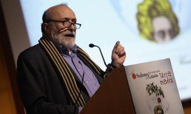 Carlo Petrini, 65enne fondatore di Slow Food, presenta la decima edizione del Salone del Gusto, evento che da domani fino a lunedì 27 ottobre trascinerà migliaia di appassionati del cibo al Lingotto di Torino (foto www.educazionesostenibile.it)