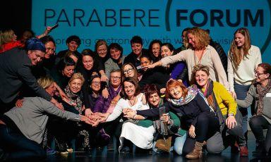 L'immagine festosa conclusiva di Parabere, forum che ha avuto luogo a Bilbao l'1 e il 2 marzo scorso allo scopo di«migliorare il mondo gastronomia attraverso la visione delle donne». Al centro, vestita di bianco, si riconosce la curatrice e organizzatrice, Maria Canabal