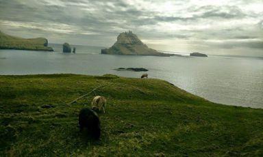 Uno scorcio scenografico delle Faroe (Fær Øer oppure Føroyar in lingua locale), arcipelago a metà strada tra l'Islanda e le Shetland scozzesi. Di natura vulcanica, l'attività sismica delle 18 isole è a riposo da 50 milioni di anni. Il periodo ideale per visitarlo è da ora in poi, per tutta l'estate. Da Milano ci si arriva dopo 4 ore di volo, con scalo a Copenhagen (foto di Sara Porro)