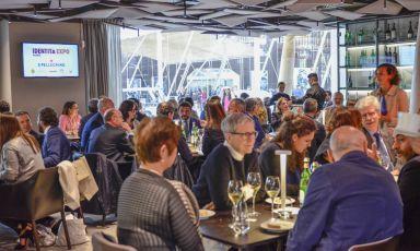 Gli ospiti seduti nel giorno di inaugurazione di Identità Expo, venerdì primo maggio, con Massimo Botturain cucina. Nei 183 giorni successivi varcheranno la soglia del temporary restaurant58mila visitatori e dalle cucine usciranno172mila piatti(foto Brambilla/Serrani)