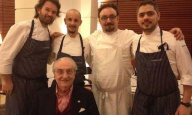 Gualtiero Marchesi(1930-2017) con quattro tra i suoi allievi più illustri. Da sinistra, Carlo Cracco, Enrico Crippa, Paolo Lopriore e Matteo Baronetto