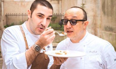 Fabrizio Fiorani e Ciccio Sultano: il primo è approdato dal secondo, a Ragusa. E dice: «La presenza di un pastry chef di livello in una brigata è la ciliegina sulla torta. Significa mantenere un elevato standard. Teniamo però presente che il cliente viene per la torta, non per la ciliegina»
