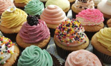 Le cupcake (o i cupcake, in inglese anche fairy cake, in australiano patty cake) sono dolcetti monoporzione spesso infornati in carta sottile o alluminio. Ne esistono di infinite forme e materie prime, letteralmente moltiplicatesi negli ultimi anni(foto foodnetwork)
