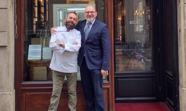 Lo chefFabrizio Tessee Fabrizio Musso direttore del Grand Hotel Sitea,davanti al bistrot Carlo & Camillo, nuova insegna affiliata all'albergo