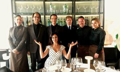 Maria Grazia Cucinotta con la brigata di Identità Expo, il temporary restaurant firmato Identità Golose all'Esposizione 2015