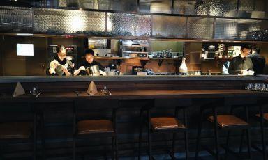 Alvin Leung, chef di Bo Innovation a Hong Kong (3 stelle Michelin) e vecchia conoscenza di Identità Golose, sta per aprire una nuova insegna a Shanghai, del tutto diversa nel concetto dalla casa madre. Gli chef sono De Aille Tam e Simon Wong, a lungo al lavoroal fianco diLeung ecompagni anche nella vita.Apertura prevista: 26 ottobre (foto Time Out Shanghai)