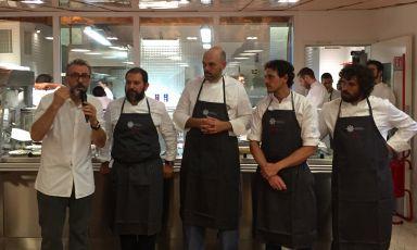 Gli chef della cena di ieri sera, al Refettorio Ambrosiano. Bottura al microfono con, da sinistra,Enrique Olvera, Carlos García, Rodolfo Guzmán e Matias Perdomo