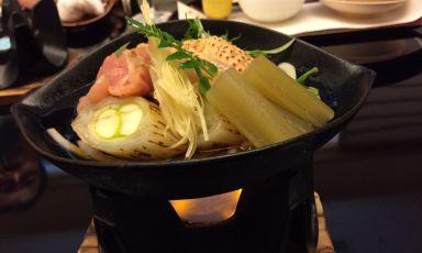Sukiyaki (pentolino su fiamma) con pollo, cipolla, verdure e mirin (sakè dolce)