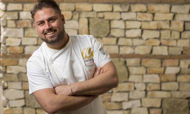Classe1985, napoletano doc, Diego Vitagliano fa parte della nuova generazione di giovani pizzaioli partenopei. È ripartito con slancio dopo il lockdown, nei suoi due locali di Bagnoli e Pozzuoli. Ce lo racconta Luca Sessa