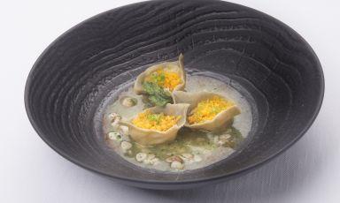 Ravioli di farina di grano arso con patate, sugo di cannolicchi, lime e bottarga: il piatto della rinascitadi Claudio Sadler