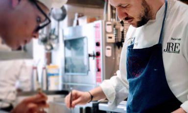 Dario Guidi al lavoro. Col fratello Diego in sala, rappresenta la nuova generazione fine dining all'Antica Osteria Magenes, a Barate di Gaggiano, nella campagna milanese