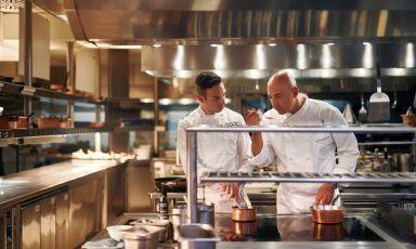 Fabrizio Borraccino, sulla destra, al lavoro al pass. Dal febbraio 2019 è chef al Four Seasons di Milano, ecura in particolare l'offerta della sua insegna gastronomica, La Veranda