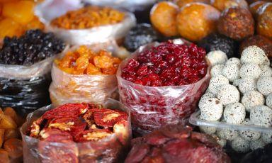 Frutta disidratata assortita in vendita al Gum Market, il mercatocoperto di Yerevan, una delle tappe gastronomiche obbligate in Armenia (tutte le foto sono diDavid Egui)