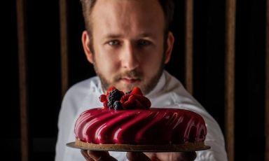 Fabio Nazzari, pasticcere di Iseo, con una delle sue creazioni, la Cheesecake 2.0. Le foto sono di Nicolò Brunelli