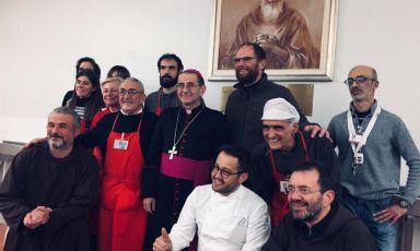 Un momento delle celebrazioni per il 60mo anniversario di Opera San Francesco. In basso, si riconsce il cuoco Alessandro Negrini, autore dei piatti conPhilippe Léveillé