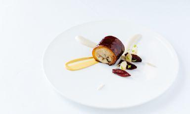 Maialino in porchetta con scorza nera, scalogno al Porto e senape di Dijon: il piatto dell'inverno di Claudio Mengoni