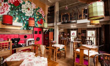 The nice dining room in one of the brunches of restaurant Vietnamonamour (the one in Via Taramelli to be precise) is the cover of the second part of our series on the best food offered by international restaurants in Milan. After Europe and North and South America, here are Africa and Asia
