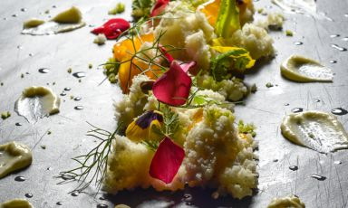 A healthy diet can also be creative, original, tasty. Chef Simone Salvini returns on these pages with a new recipe dedicated to raw cuisine, based on delicious ingredients that are also full of nutrients that are useful for our body: like cruciferae, here represented by Roman cabbage and cauliflower, and almonds