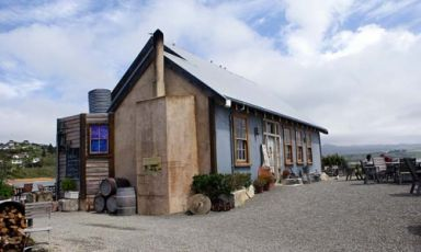 In order to reach it, you need to follow picturesque small roads that are perhaps a little winding: upon arriving, however, one is repaid by the discreet beauty of the bay of Moeraki. Here, there's Fleur's Place (+64.3.4394480), run by New Zealander chef Fleur Sullivan, who with her local fish based dishes has conquered even English chef Rick Stein (Photo credits christchurchdailyphoto.com)