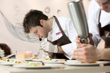 Nel duetto musica-cucina, Lorenzo Cogo prepara il suo piatto...