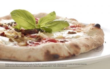Bufala porro olive e pomodori su pasta di Petra® 3 - Scatto di Carlo Baroni
