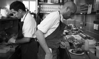 Da sinistra Simone Tondo, sardo, e Giovanni Passerini, romano, rispettivamente ex secondo e chef-anima del ristoranteRino a Parigi,+33.(0)1.48069585