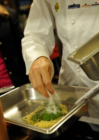 La preparazione del cuore della Palla di Mozzarella: pasta, pesto e Grana Padano