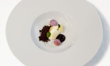 Twice Premio Birra Moretti Grand Cru finalist Daniele Pennati, chef at restaurant Hotel Roseg in Chiesa Valmalenco (Sondrio), for this dessert decided to play with a wine-based classic, substituting wine with the citric note of Moretti Radler