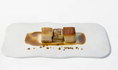 After having illustrated his dessert, Nicholas Bonati, sous-chef at restaurant Il Giardinetto in Pettenasco (Novara), completes his mini-menu for the finals of Premio Birra Moretti Grand Cru 2014 with this savoury dish, which was awarded for the best use of beer