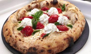 """Una delle pizze di Flegrea, dal 1976 """"la"""" pizzeria napoletana a Torino. Oggi a gestirla sono i soci, e amici, Enrique Jiménez González e Gianluca Poggio, con Marco Venere alla pala"""