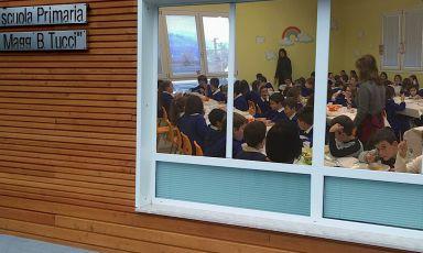 La mensa della struttura in legno che ad Acquasanta Terme in provincia di Ascoli Piceno accoglie, dopo i due terremoti del 2016, gli alunni di materna, elementari e medie. Persostenere l'attività della mensa si sono mossi in tanti, compresa l'organizzazione Helpcode